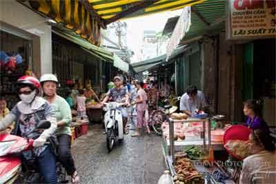 Chạy xe qua hẻm chợ nhỏ!